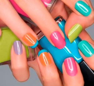 Cómo quitar el esmalte de color de las uñas