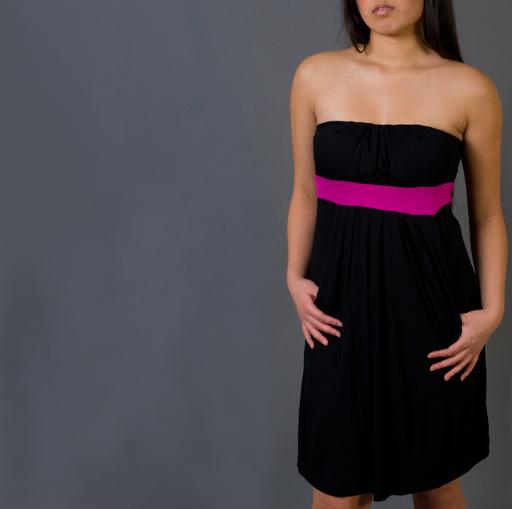 vestido negro con cinta fucsia