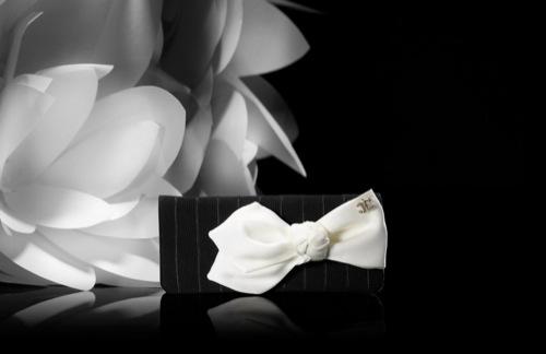 bolso negro con moño blanco