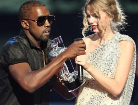 kanye west le quita el micro a Taylor Swift