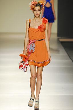 Vestido-Victorio-Lucchino-corto naranja