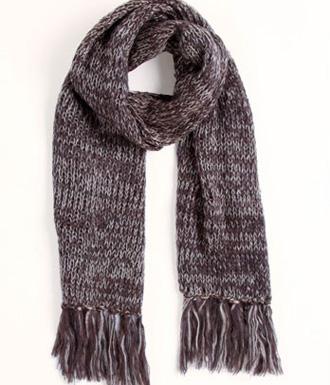 Si te pasa lo mismo entonces tienes más de un par de bufandas entre los complementos invierno. En esta temporada tampoco faltan y yo creo que son los